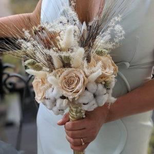 Bouquet de mariée avec roses éternelles et fleurs séchées dans les tons beige, Ambre
