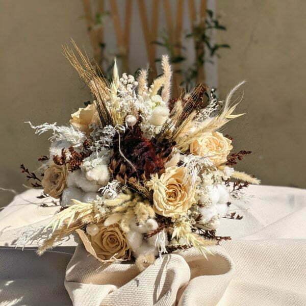 Bouquet de mariée avec roses éternelles et fleurs séchées dans les tons beige, Ambre 4