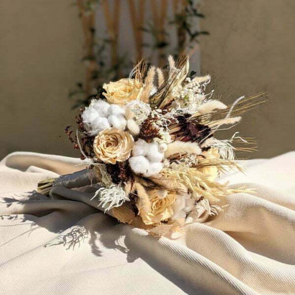 Bouquet de mariée avec roses éternelles et fleurs séchées dans les tons beige, Ambre 2