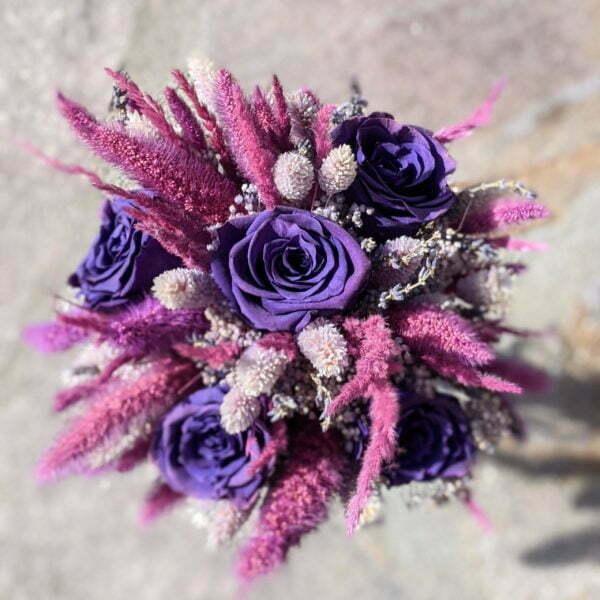 Bouquet de mariée avec des roses éternelles et fleurs séchées dans les tons violets, Diva