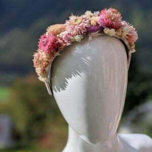 Serre-tête artisanal en velours de chez Evita Peroni orné de fleurs séchées, Camelia