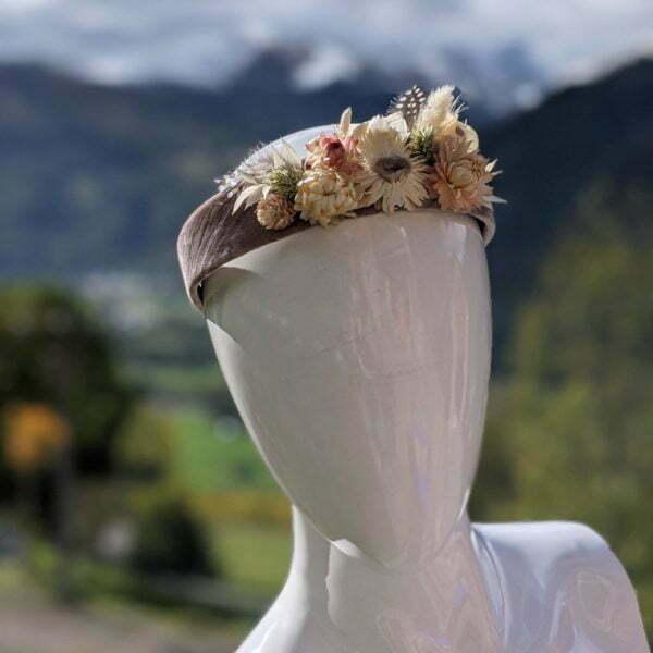 Serre-tête artisanal en velours de chez Evita Peroni orné de fleurs séchées, Camilla