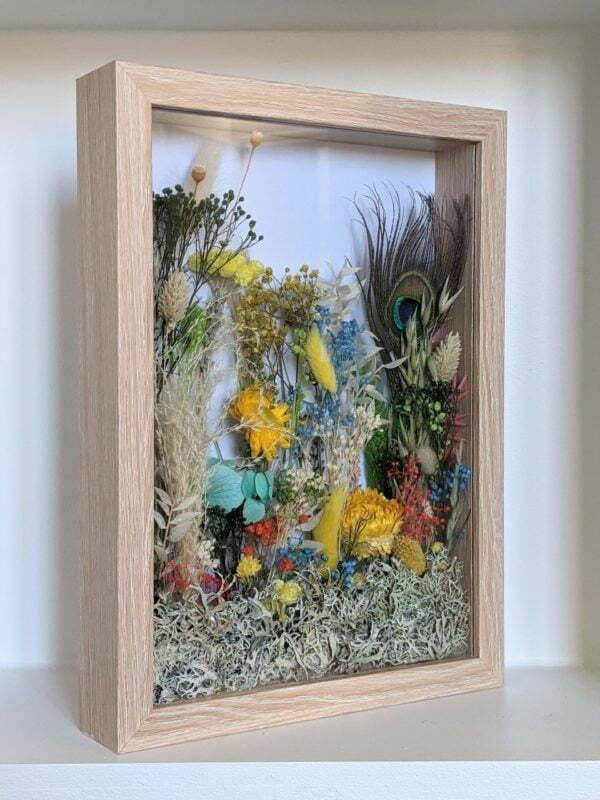 Cadre vitrine en bois clair arrangement de fleurs stabilisées et fleurs séchées, Biarritz 3