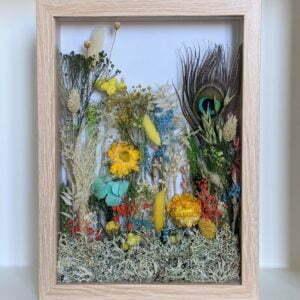 Cadre vitrine en bois clair arrangement de fleurs stabilisées et fleurs séchées, Biarritz