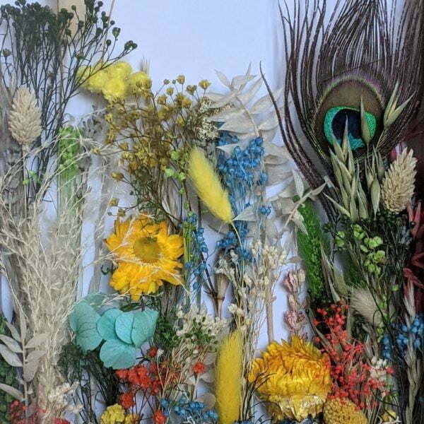 Cadre vitrine en bois clair arrangement de fleurs stabilisées et fleurs séchées, Biarritz 2