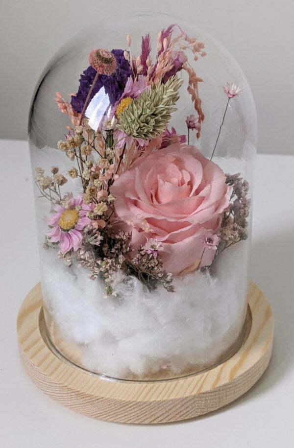 Cloche en verre et fleurs éternelles pour une décoration d'intérieur chic et douce, Lyla 2