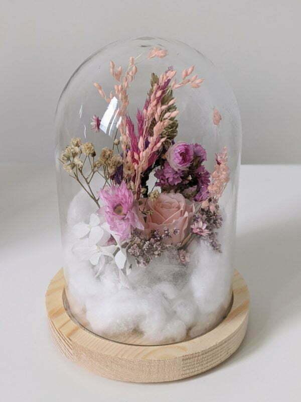 Cloche en verre et fleurs éternelles pour une décoration d'intérieur chic et douce, Lyla 3