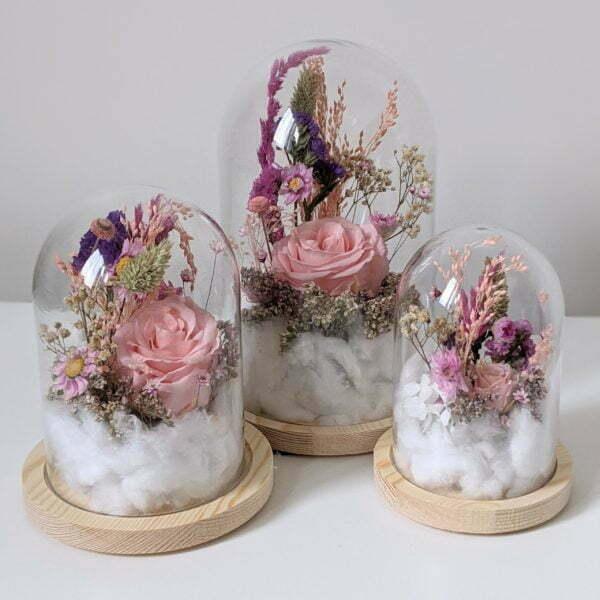Cloche en verre et fleurs éternelles pour une décoration d'intérieur chic et douce, Lyla