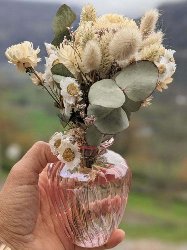 Duo de bouquets de fleurs séchées champêtres dans leurs vases en verre teinté rose pastel 2