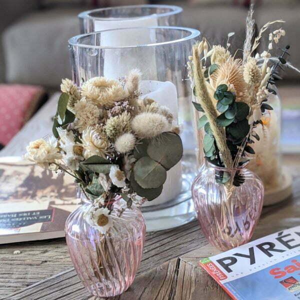 Duo de bouquets de fleurs séchées dans leurs vases en verre teinté rose pastel pour décoration d'intérieur branchée, Jemma 2