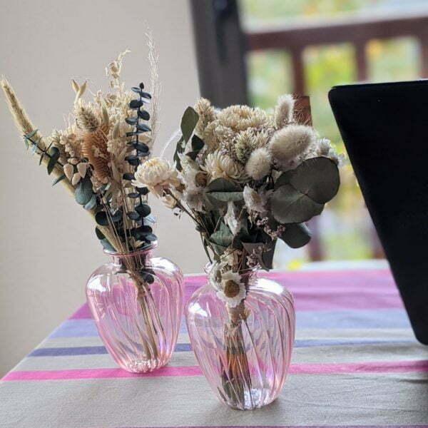 Duo de bouquets de fleurs séchées dans leurs vases en verre teinté rose pastel pour décoration d'intérieur branchée, Jemma 3