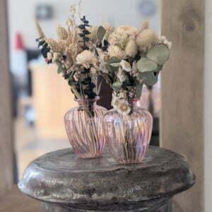 Duo de bouquet de fleurs séchées dans leurs vases en verre teinté rose pastel pour décoration d'intérieur branchée