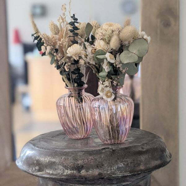 Duo de bouquets de fleurs séchées dans leurs vases en verre teinté rose pastel pour décoration d'intérieur branchée, Jemma