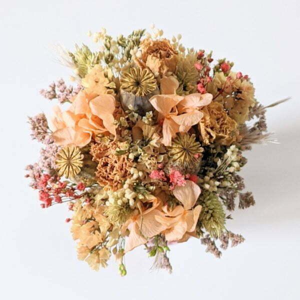 Mini bouquet de fleurs séchées dans son vase en verre teinté dans les tons roses et pêche, Blue 3