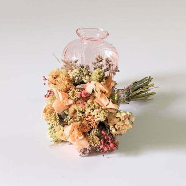 Mini bouquet de fleurs séchées dans son vase en verre teinté dans les tons roses et pêche, Blue 2