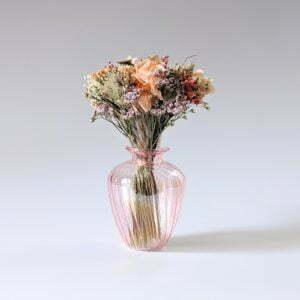 Mini bouquet de fleurs séchées dans son vase en verre teinté dans les tons roses et pêche, Blue