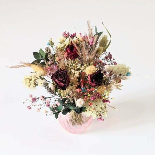 Bouquet de fleurs séchées dans son vase en verre teinté rose bonbon pour décoration d'intérieur branchée, Jemma 2