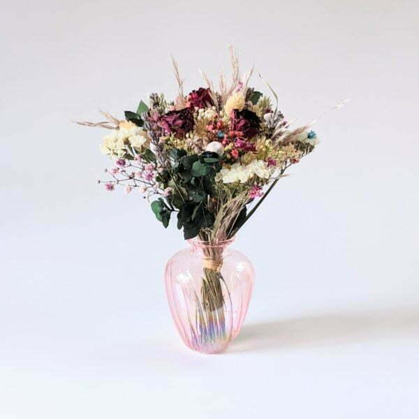 Bouquet de fleurs séchées dans son vase en verre teinté rose bonbon pour décoration d'intérieur branchée, Jemma 3