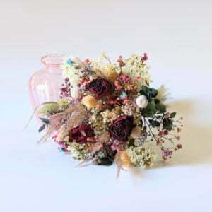 Bouquet de fleurs séchées dans son vase en verre teinté rose bonbon pour décoration d'intérieur branchée, Jemma