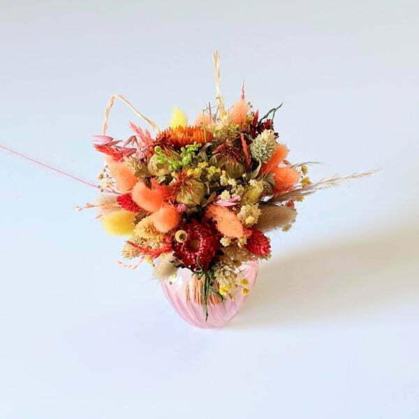 Petit bouquet de fleurs séchées dans son vase en verre teinté rose bonbon, Hortense 2