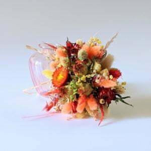 Petit bouquet de fleurs séchées dans son vase en verre teinté rose bonbon, Hortense