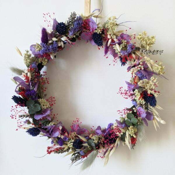 Couronne murale de fleurs stabilisées et fleurs séchées dans les tons violets, Violla 2