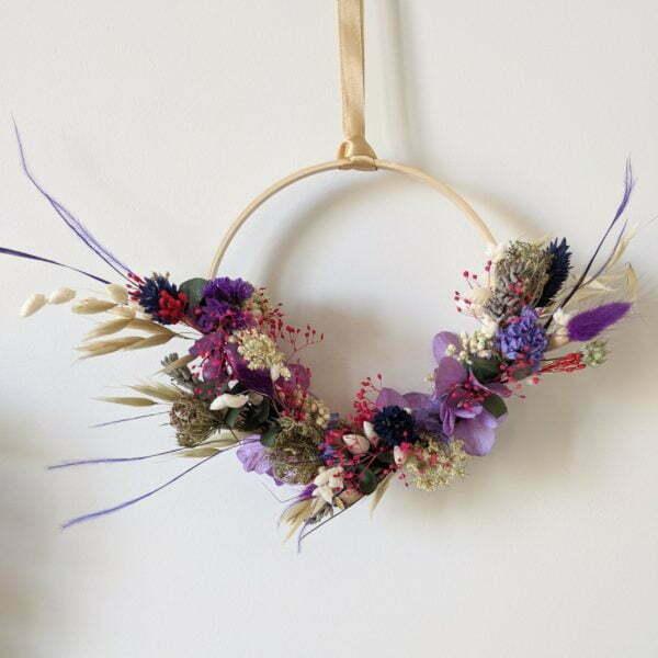 Couronne murale de fleurs stabilisées et fleurs séchées dans les tons violets, Violla 3