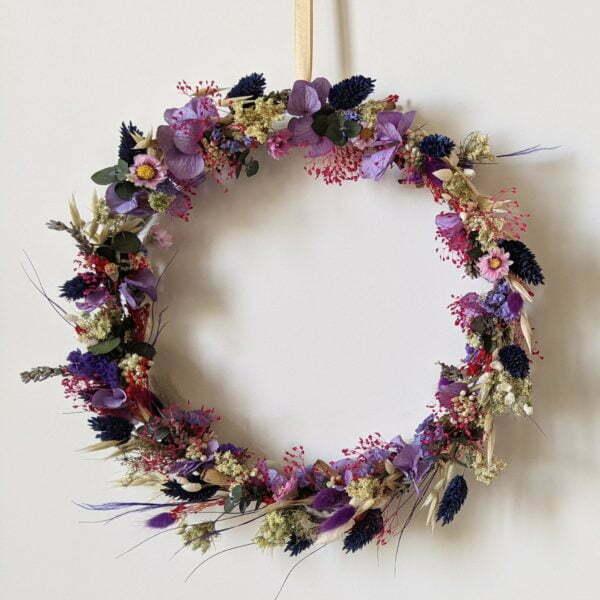 Couronne murale de fleurs stabilisées et fleurs séchées dans les tons violets, Violla
