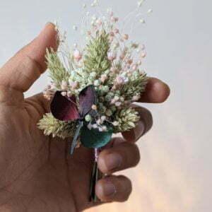 Boutonnière de fleurs séchées et fleurs stabilisées, Mona