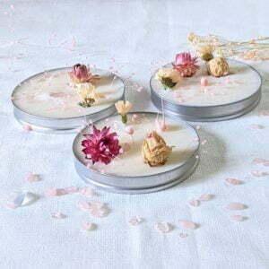 Galet en cire de soja parfum jasmin, orné de cristaux naturels & de fleurs séchées, Nuria