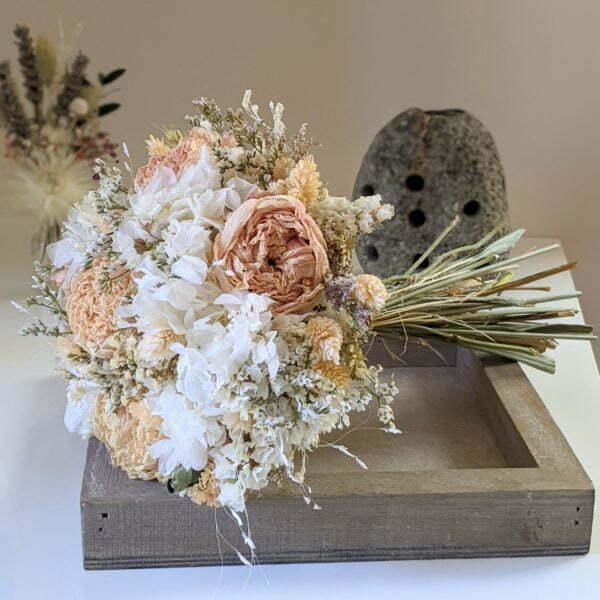 Bouquet de mariée avec pivoines séchées et hortensias stabilisés dans les tons roses, Jessy 2