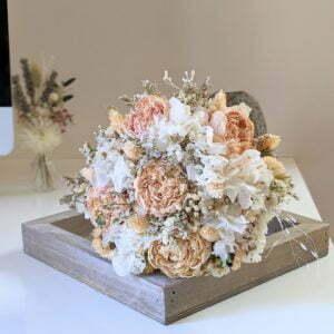 Bouquet de mariée avec pivoines séchées et hortensias stabilisés dans les tons roses, Jessy