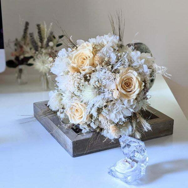 Bouquet de mariée avec roses éternelles et fleurs séchées dans les tons beiges, Laly 2