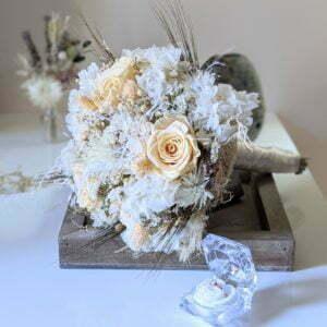 Bouquet de mariée avec roses éternelles et fleurs séchées dans les tons beiges, Laly