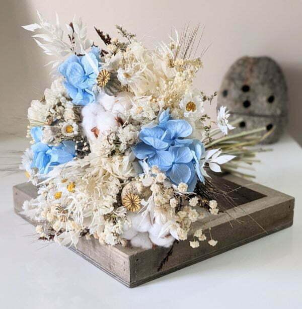 Bouquet de mariée avec fleurs de coton séchées et hortensias stabilisés dans les tons blancs et bleus, Jennifer