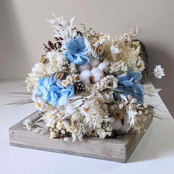 Bouquet de mariée avec fleurs de coton séchées et hortensias stabilisés dans les tons blancs et bleus, Jennifer 2