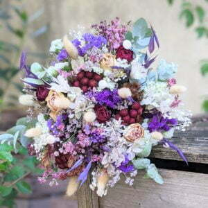 Bouquet de mariée avec roses séchées et hortensias stabilisés dans les tons bordeaux, verts, lilas, Oum