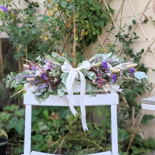 Guirlande de fleurs séchées & fleurs stabilisées dans les tons bordeaux, verts et lilas, Chinmayee