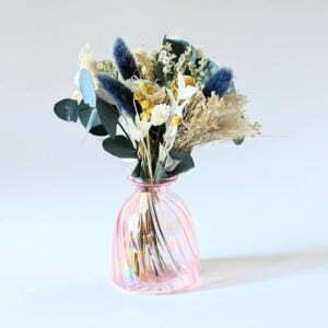 Mini bouquet de fleurs séchées dans les tons bleus & vase en verre teinté rose bonbon, Alisha